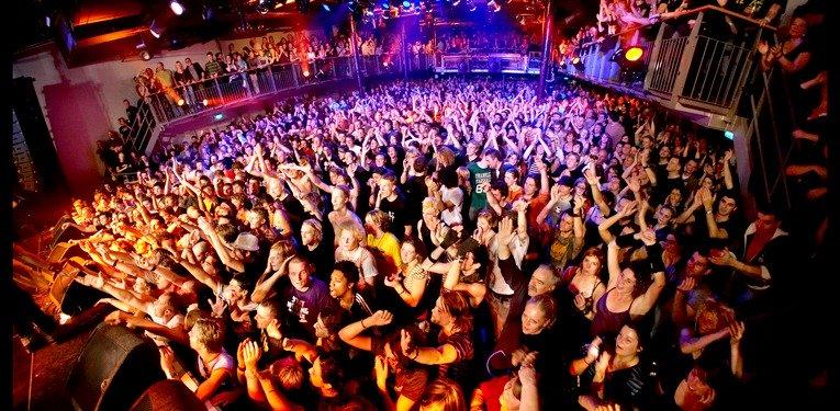 vrouwen versieren in de club ondanks de muziek